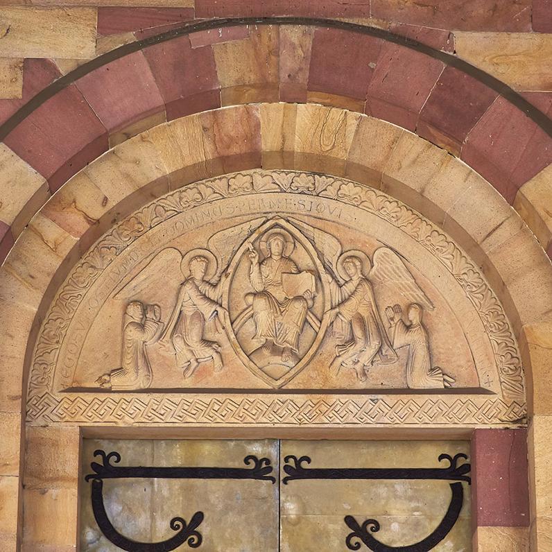 Tympanon mit Christus in der Mandorla über dem  Hauptportal der Kirche von Kloster Alpirsbach; Foto: Staatliche Schlösser und Gärten Baden-Württemberg, Markus Schwerer