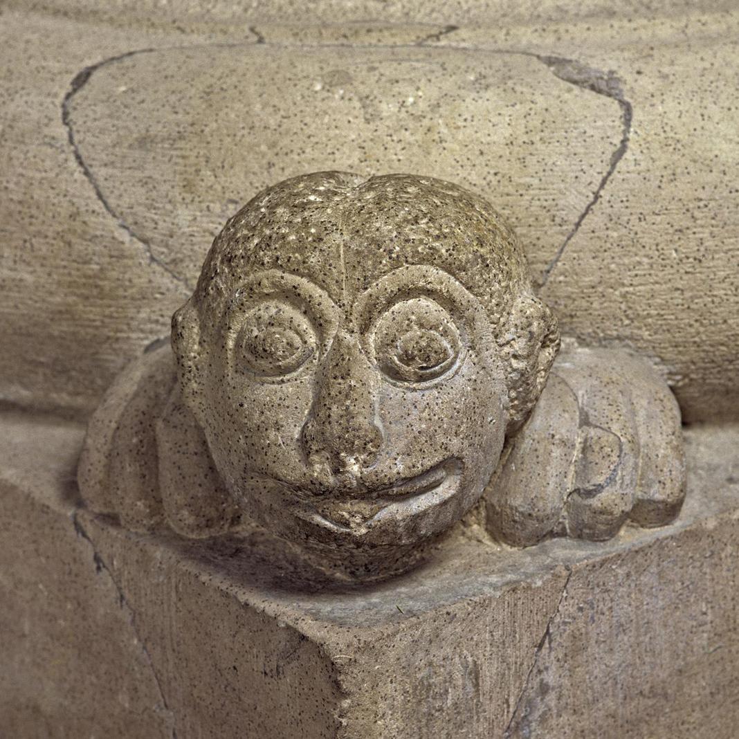 Fratzenkopf als Eckziere einer Säulenbasis in der Kirche von Kloster Alpirsbach; Foto: Staatliche Schlösser und Gärten Baden-Württemberg, Arnim Weischer