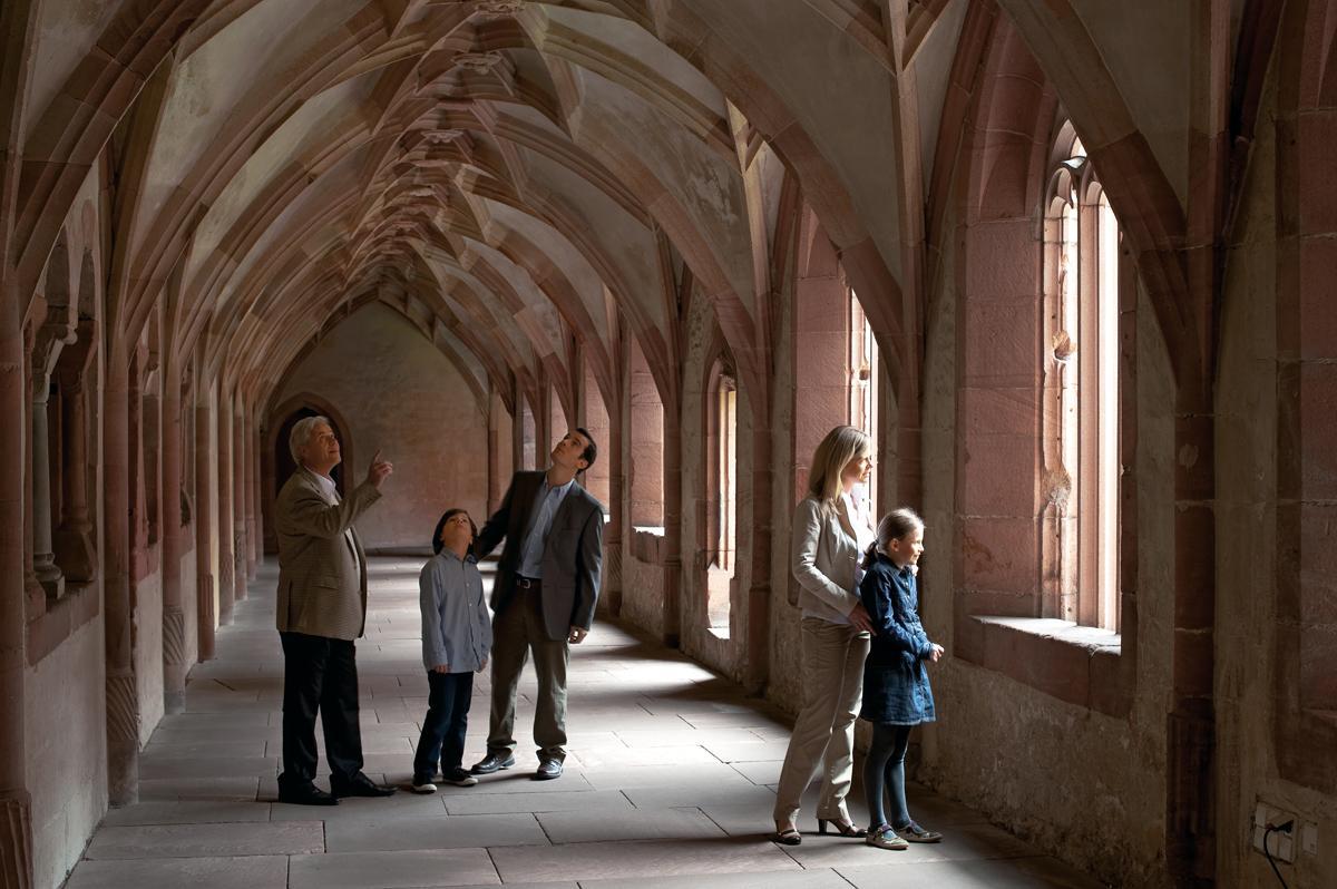 Besucher im Kreuzgang, Kloster Alpirsbach; Foto: Staatliche Schlösser und Gärten Baden-Württemberg, Niels Schubert