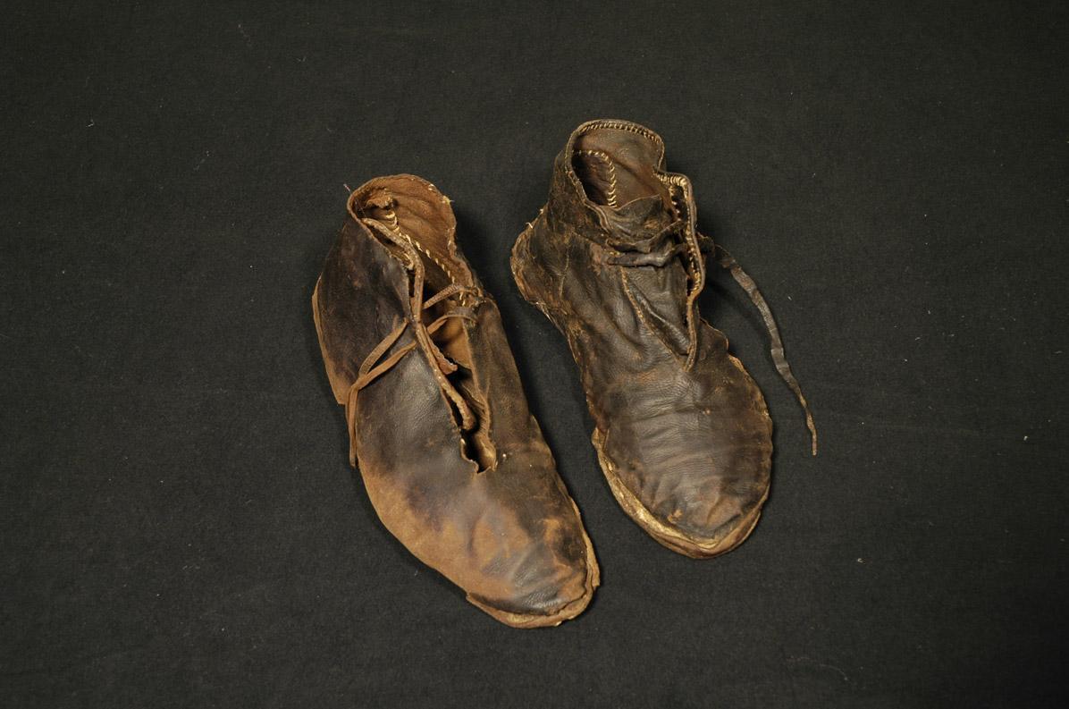 Ein Paar Schuhe aus dem 15. Jahrhundert, heute im Klostermuseum Alpirsbach; Foto: Staatliche Schlösser und Gärten Baden-Württemberg, Werner Hiller-König