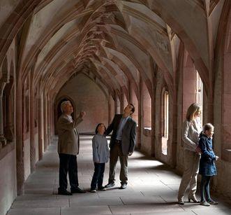 Visitors in the cloister at Alpirsbach Monastery. Image: Staatliche Schlösser und Gärten Baden-Württemberg, Niels Schubert