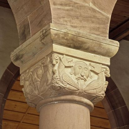 Figural cushion capital on a column in the church at Alpirsbach Monastery. Image: Staatliche Schlösser und Gärten Baden-Württemberg, Arnim Weischer