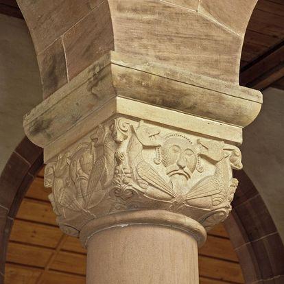 Figürliches Würfelkapitell einer Säule in der Kirche von Kloster Alpirsbach