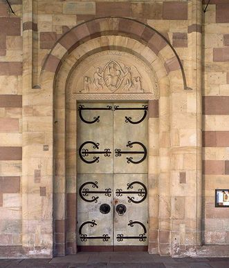 The main door of the monastery church features the original Romanesque metalwork; photo: Staatliche Schlösser und Gärten Baden-Württemberg, Arnim Weischer