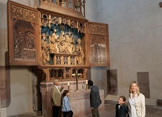 Visitors at the altar of St. Mary at Alpirsbach Monastery. Image: Staatliche Schlösser und Gärten Baden-Württemberg, Niels Schubert