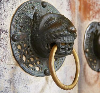 Doorknob on the main portal to the church at Alpirsbach Monastery. Image: Staatliche Schlösser und Gärten Baden-Württemberg, Markus Schwerer