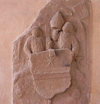 Relief mit zwei Figuren und Wappen bei der Übergabe der Bischofsmütze, Kloster Alpirsbach