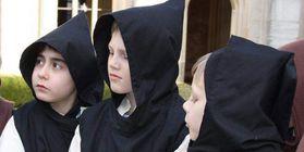 Kinder beim Klosterbesuch