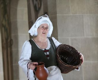 "The ""chambermaid,"" one of Urach Monastery's tour guides in an authentic costume. Image: Staatliche Schlösser und Gärten Baden-Württemberg, Thomas Kiel"