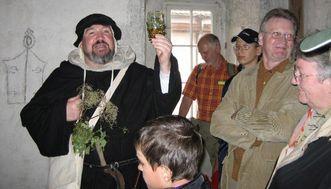 Monastery visitor in historic garb. Image: Staatliche Schlösser und Gärten Baden-Württemberg, Maulbronn local administration