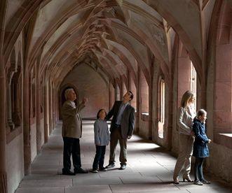 Besucher im Kreuzgang von Kloster Alpirsbach